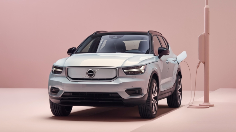 259200_volvo_xc40_recharge_p8_awd_in_glacier_silver.jpg